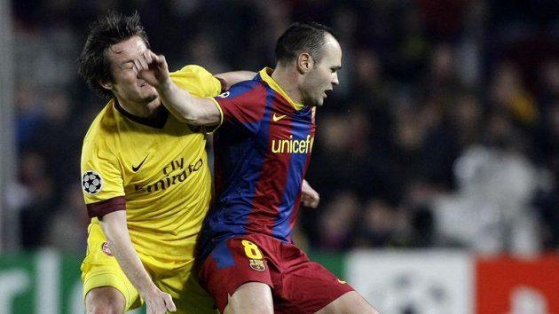 Tomáš Rosický z Arsenalu bojuje o míč s Andresem Iniestou.
