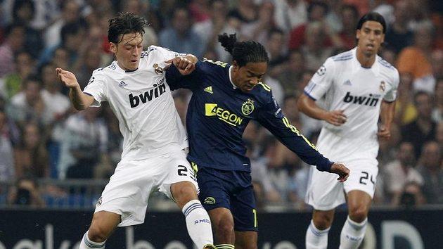 Hráč Realu Madrid Mesut Özil (vlevo) v souboji s Emanuelsonem z Ajaxu