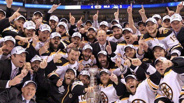 Hokejisté Bostonu oslavují zisk Stanleyova poháru