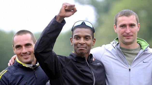Vítěz desetiboje v Kladně Maurice Smith z Jamajky (uprostřed), druhý Roman Šebrle (vlevo) a Kazach Dmitrij Karpov.