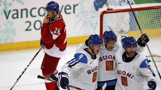 Hokejisté Finska se radují po gólu do branky České republiky ve čtvrtfinále olympijského turnaje.