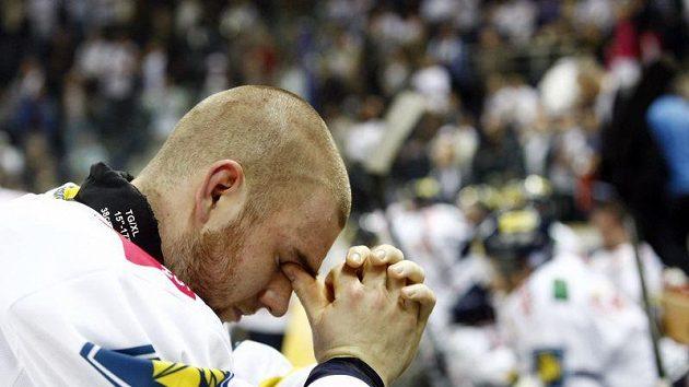 Zklamaný brankář Vošvrda vstřebává vyřazení Liberce v prodloužení sedmého čtvrtfinálového utkání se Slavií.