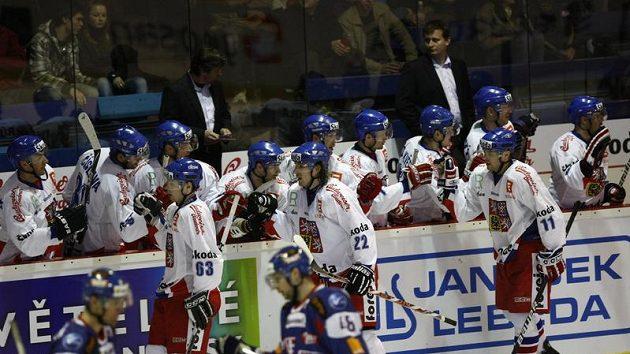 Čeští hokejisté se radují z branky proti Slovensku.