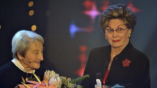 Dana Zátopková (vlevo) předala ocenění bývalé krasobruslařce Áje Vrzáňové, která se stala sportovní legendou.