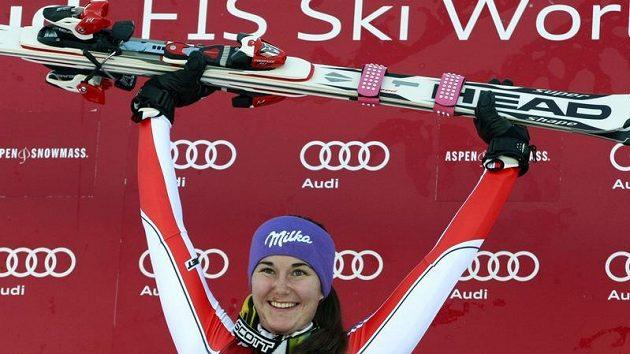 Šárka Záhrobská oslavuje vítězství ve slalomu SP v Aspenu.