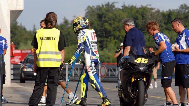 Po svých se Valentino Rossi při testu v Brně pohyboval ještě s pomocí berlí.