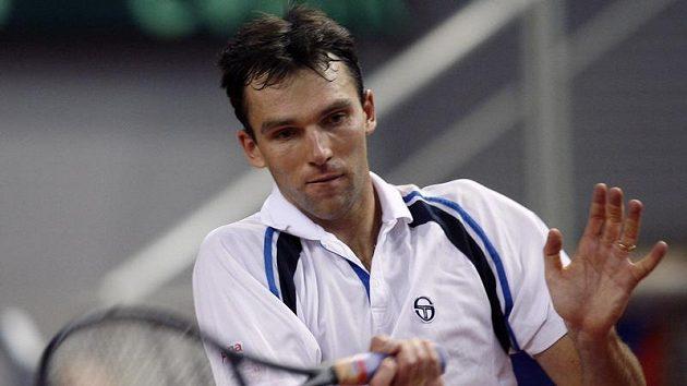 Chorvatský tenista Ivo Karlovič v zápase Davis Cupu proti Radku Štěpánkovi