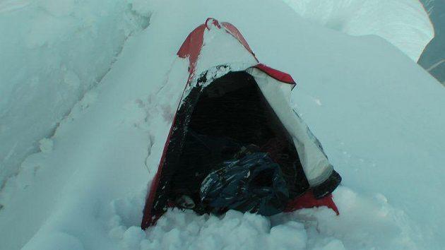 Tábor zasypaný sněhem ve výšce 7200 metrů, kde se Marek Holeček otočil.