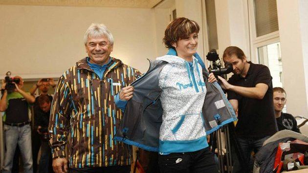 Rychlobruslařka Martina Sáblíková (vpravo) s trenérem Petrem Novákem při představení nové kolekce sportovního oblečení.