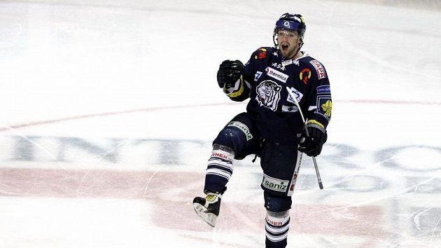 Liberecký obránce Lukáš Derner oslavuje vstřelený gól v pátém utkání čtvrtfinále play-off na ledě Plzně.