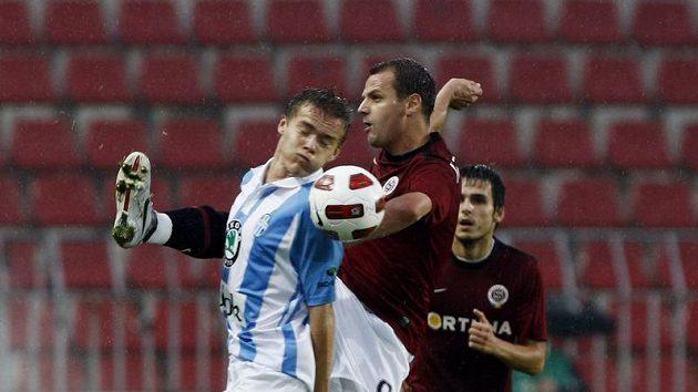 Sparťan Marek Matějovský odkopává míč před Tomášem Fabiánem z Mladé Boleslavi.