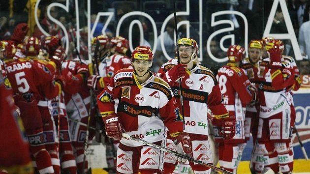 Hokejisté Slavie se radují z postupu přes Liberec.
