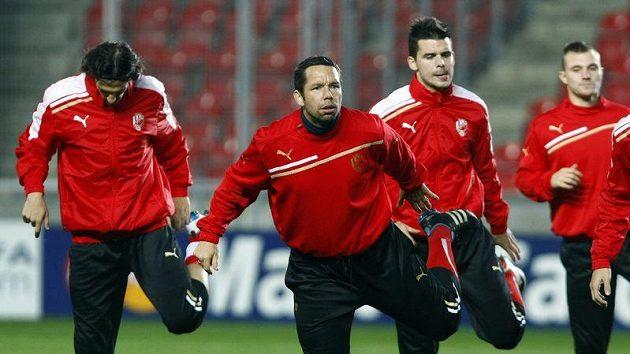 Marián Čišovský a Pavel Horváth (zleva) na tréninku v Edenu před utkáním s Barcelonou
