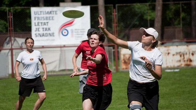 Favorit ženské kategorie, pražský tým Žlutá Zimnice, neponechal nic náhodě a vcelku s přehledem si dokráčel pro titul.