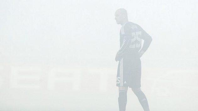 Gólman Liverpoolu José Manuel Reina v oblaku kouře na hřišti Sparty.