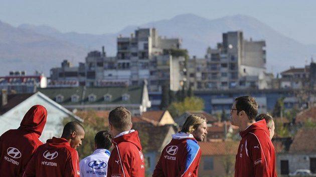 Fotbalisté české reprezentace si vyšli na procházku po černohorské Podgorici, kde se utkají v odvetě baráže o postup na mistrovství Evropy s Černou Horou.