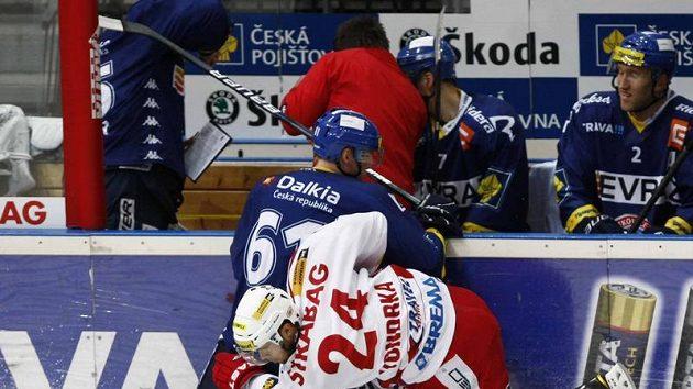 Michal Vondrka ze Slavie (vpravo) bojuje u hrazení s vítkovickým Lukášem Klimkem.