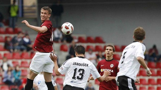 Sparťan Tomáš Pekhart v zápase s Hradcem Králové.