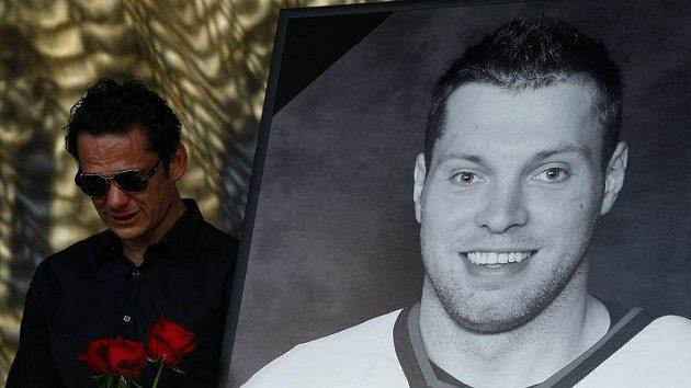 Patrik Eliáš při rozloučení se zesnulými českými hokejisty na Staroměstském náměstí.