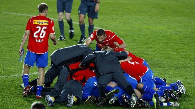 Valná hromada fotbalistů Plzně po vítězství ve finále Ondrášovka Cupu.