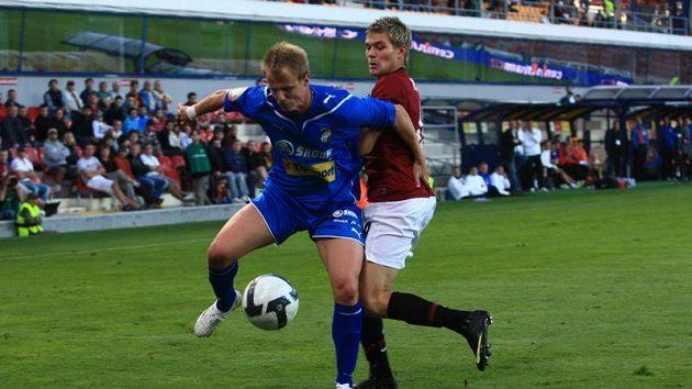 Davida Limberského z Plzně (vpředu) se snaží obrat o míč sparťan Luboš Kalouda.