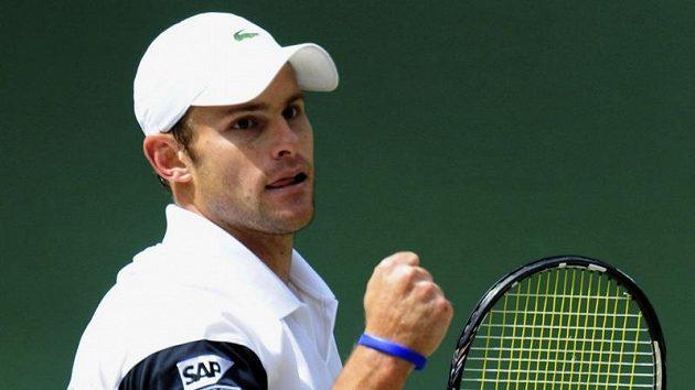 Americký tenista Andy Roddick reaguje na jednu z výměn během finále Wimbledonu proti Rogeru Federerovi.