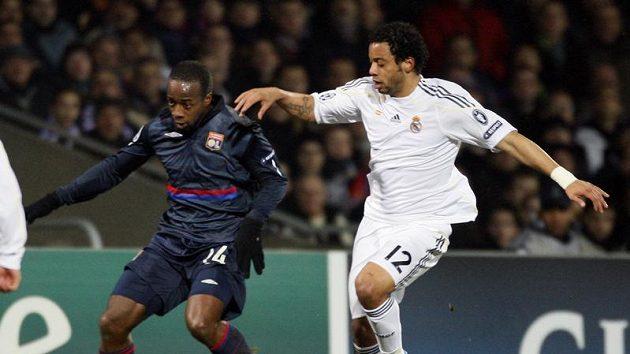 Lyonský Govou (vlevo) v souboji s Marcelem z Realu Madrid.