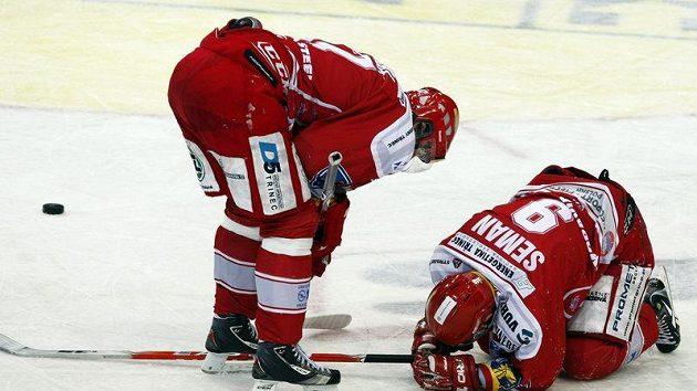 Třinecký Seman se těžce sbírá z ledu při utkání proti Slavii.