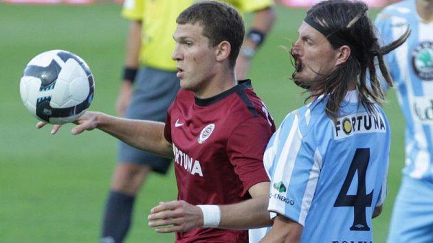 Alexandr Prudnikov ze Sparty (vlevo) si kryje míč před Adrianem Rolkem z Mladé Boleslavi.