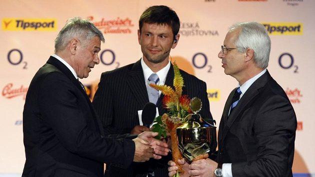 Rychlobruslařský trenér Petr Novák (vlevo) předává cenu pro Nejlepšího trenéra sezóny Václavu Sýkorovi z Pardubic.
