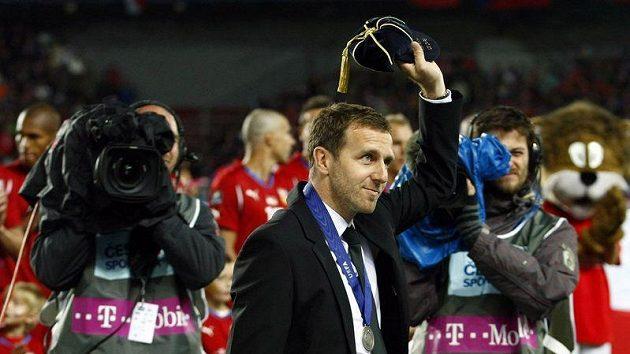 Karel Poborský přebírá ocenění od UEFA před utkáním České republiky se Španělskem.