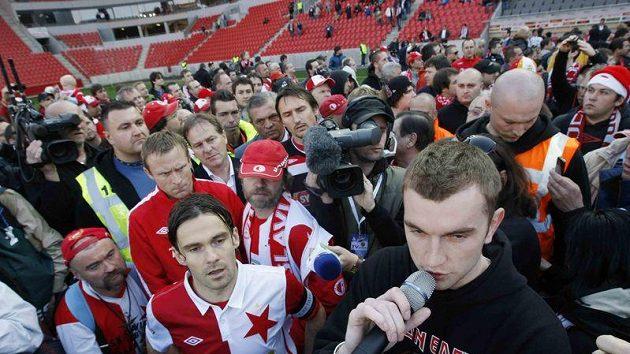 Kapitán fotbalistů Slavie Karol Kisel (vlevo) a zástupce fanoušků při protestu v Edenu