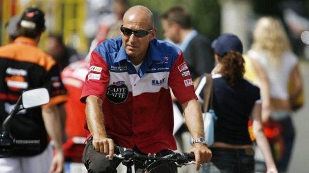 Daniel Epp používá k přesunům v paddocku jízdní kolo.