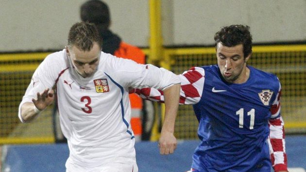 Chorvatský fotbalista Darijo Srna (vpravo) se snaží odstavit od míče Michala Kadlece.
