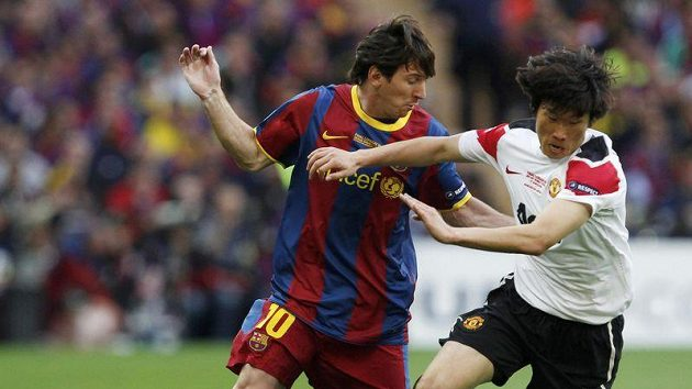 Pak Či-song bojuje o míč s Lionelem Messim.
