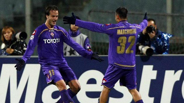 Alberto Gilardino z Fiorentiny (vlevo) se raduje se svým spoluhráčem Marco Marchionnim z branky do sítě Lyonu.