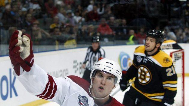 Scottie Upshall z Phoenixu oslavuje vstřelený gól v duelu s Bostonem v pražské O2 Areně.