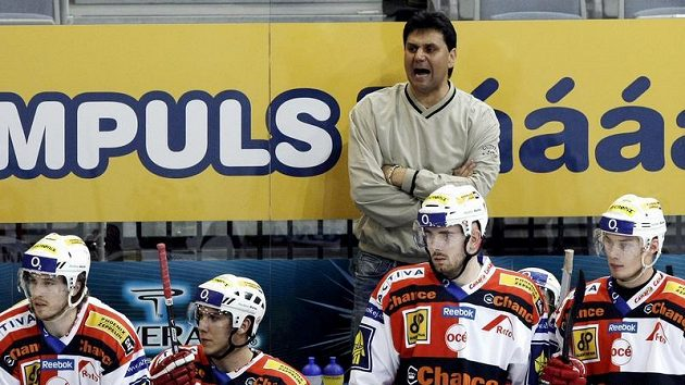 Kouč Slavie Vladimír Růžička diriguje své svěřence ve třetím utkání čtvrtfinále play-off se Zlínem.