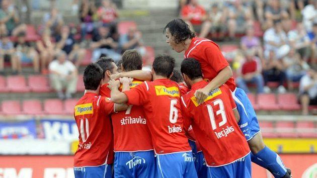 Fotbalisté Plzně se radují z branky do sítě Teplic