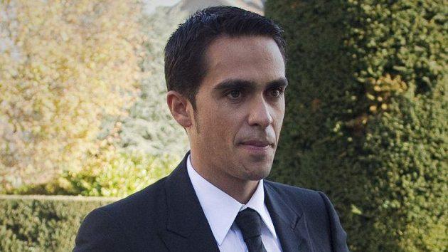 Španělský cyklista Alberto Contador přichází k soudu.