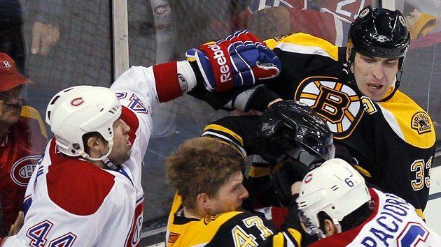 Ruce pryč! Bek Montrealu Roman Hamrlík (vlevo) odstrkuje Zdena Cháru z Bostonu od bojujícího Kampfera (v černém) s Paciorettym.