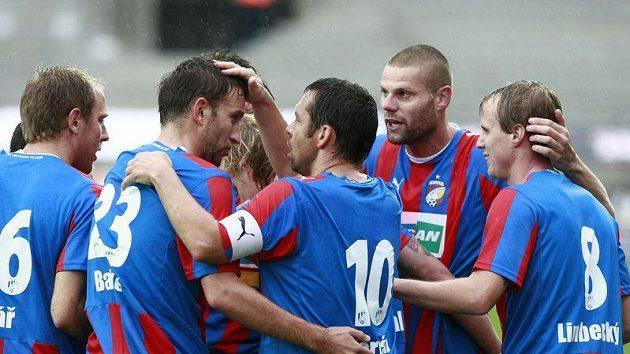 Fotbalisté Plzně se radují z branky proti Liberci.