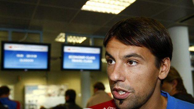 Milan Baroš hovoří s novináři před odletem české reprezentace do Skotska.