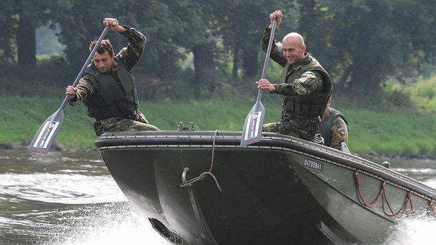 Přitáhni! Vodní slalomáři Jaroslav Volf (vpravo) a Ondřej Štěpánek na vojenském člunu.