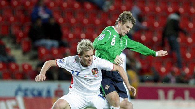 Davis ze Severního Irska (vpravo) se snaží obejít Tomáše Hübschmana.