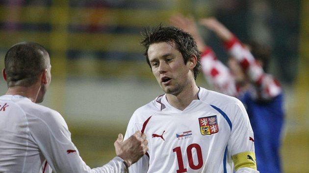 Tomáš Rosický (vpravo) oslavuje s Janem Rezkem gól vstřelený Chorvatsku.
