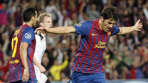 David Villa oslavuje druhý gól Barcelony v utkání s Plzní.