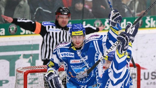 Rozhodčí neuznává hokejistům Kladna gól.