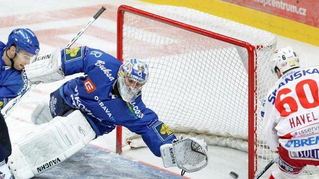 Hokejista Slávie Havel dává gól vítkovickému Šindelářovi.