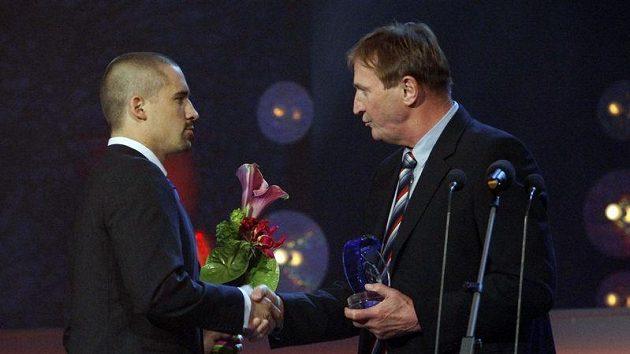 Tomáši Plekancovi gratuluje reprezentační kouč Alois Hadamczik.